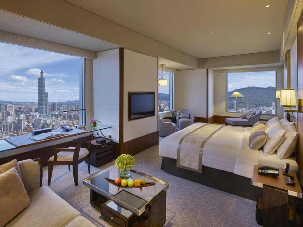 Room @ Shangri La's Far Eastern Plaza Hotel in Taipei, Taiwan